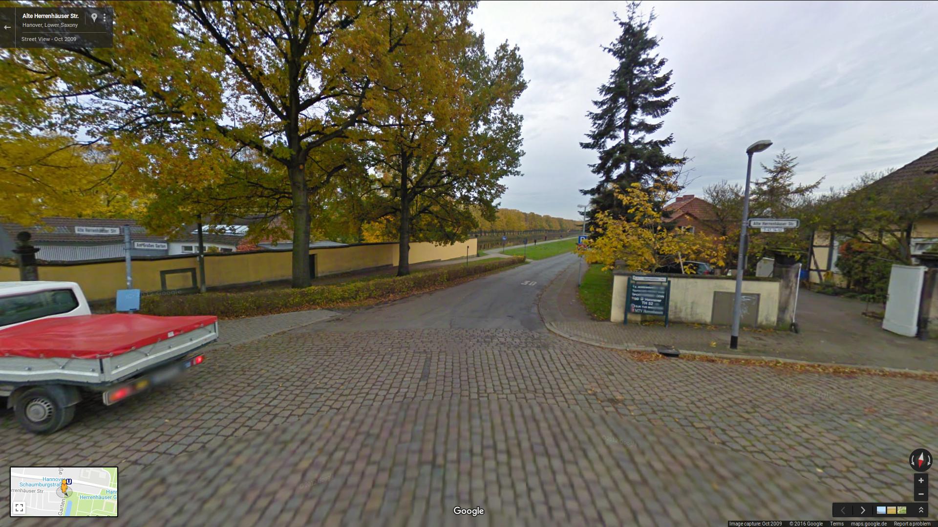 """Einfahrt zu """"Am Großen Garten"""", im rechten Schilderbaum steht auch die SG v. 1874"""